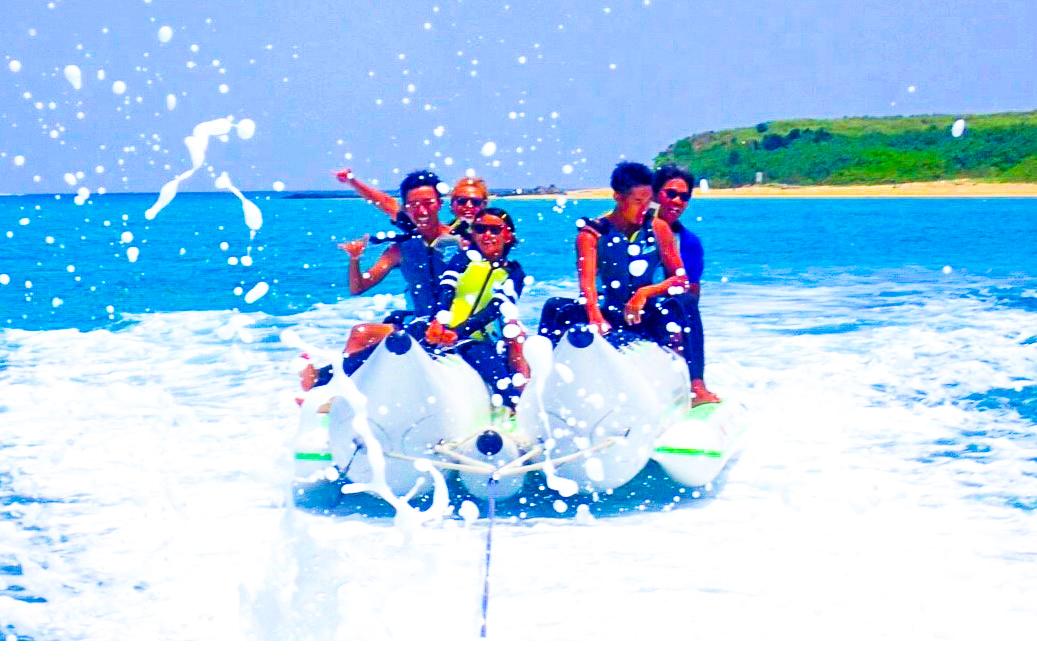 小浜島のマリンスポーツを楽しむ男性たち