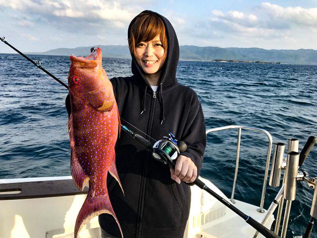 アカジンを釣る女性