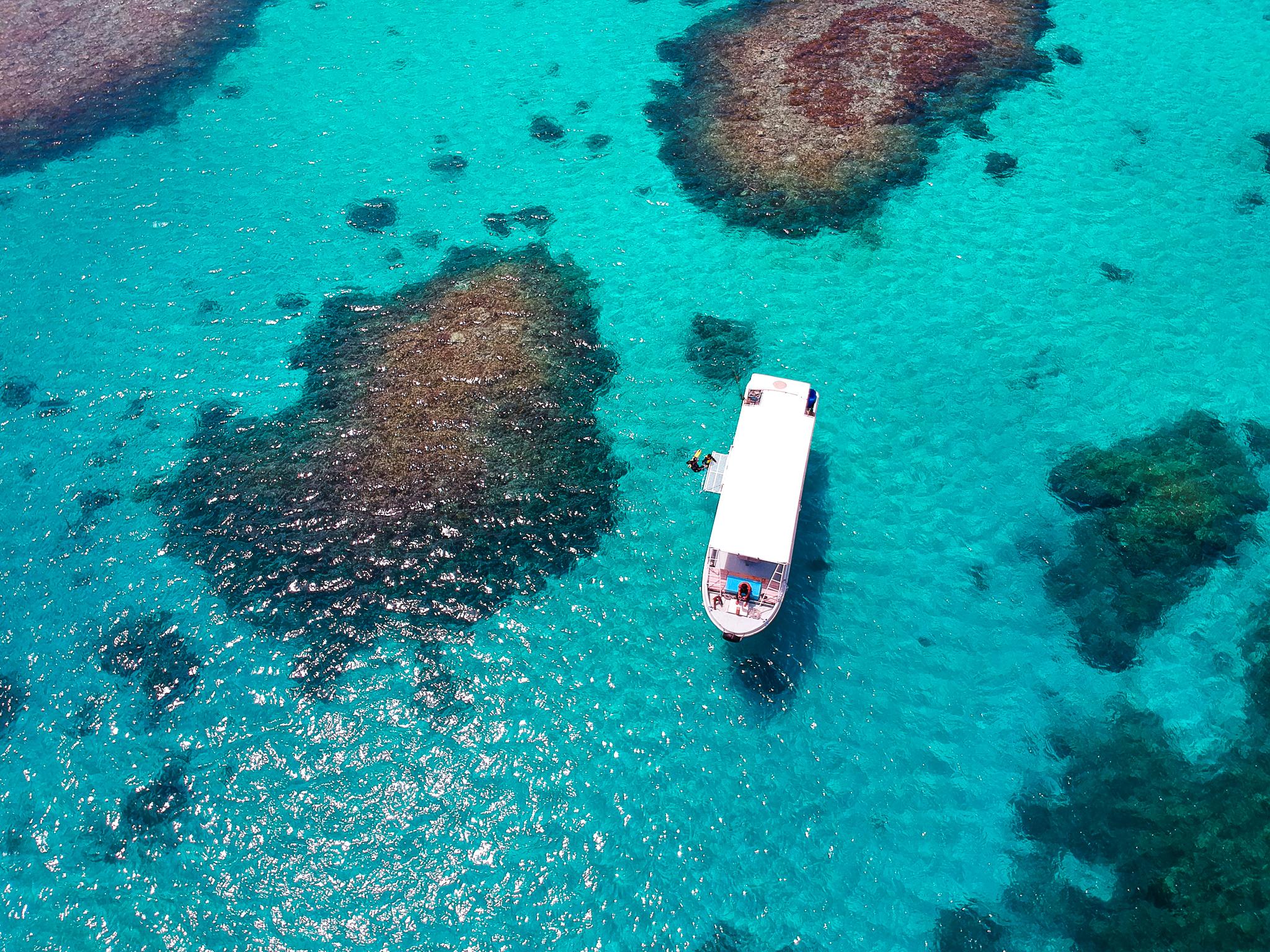 エメラルドグリーンに輝く小浜島の海