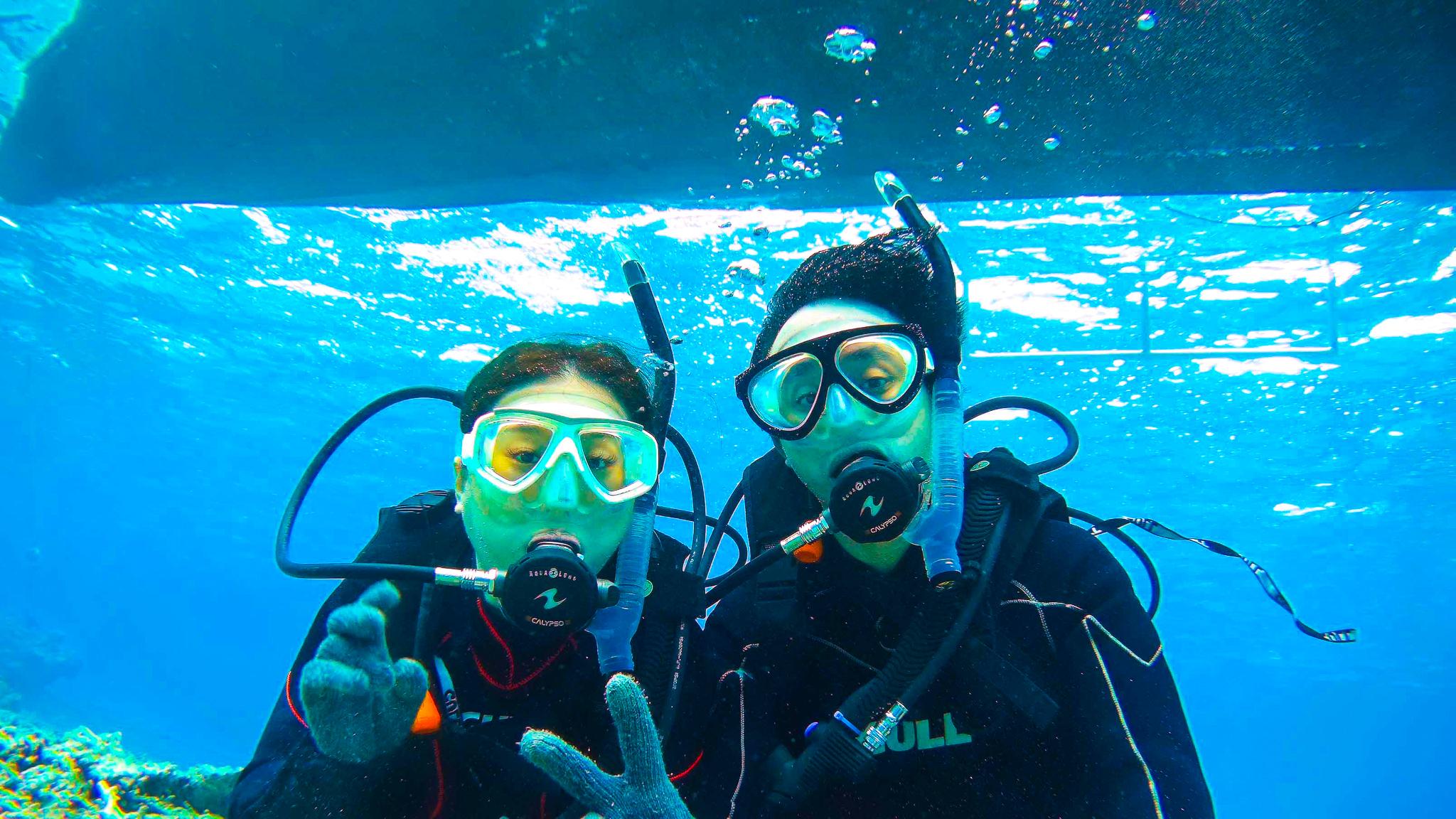小浜島体験ダイビング中のカップル