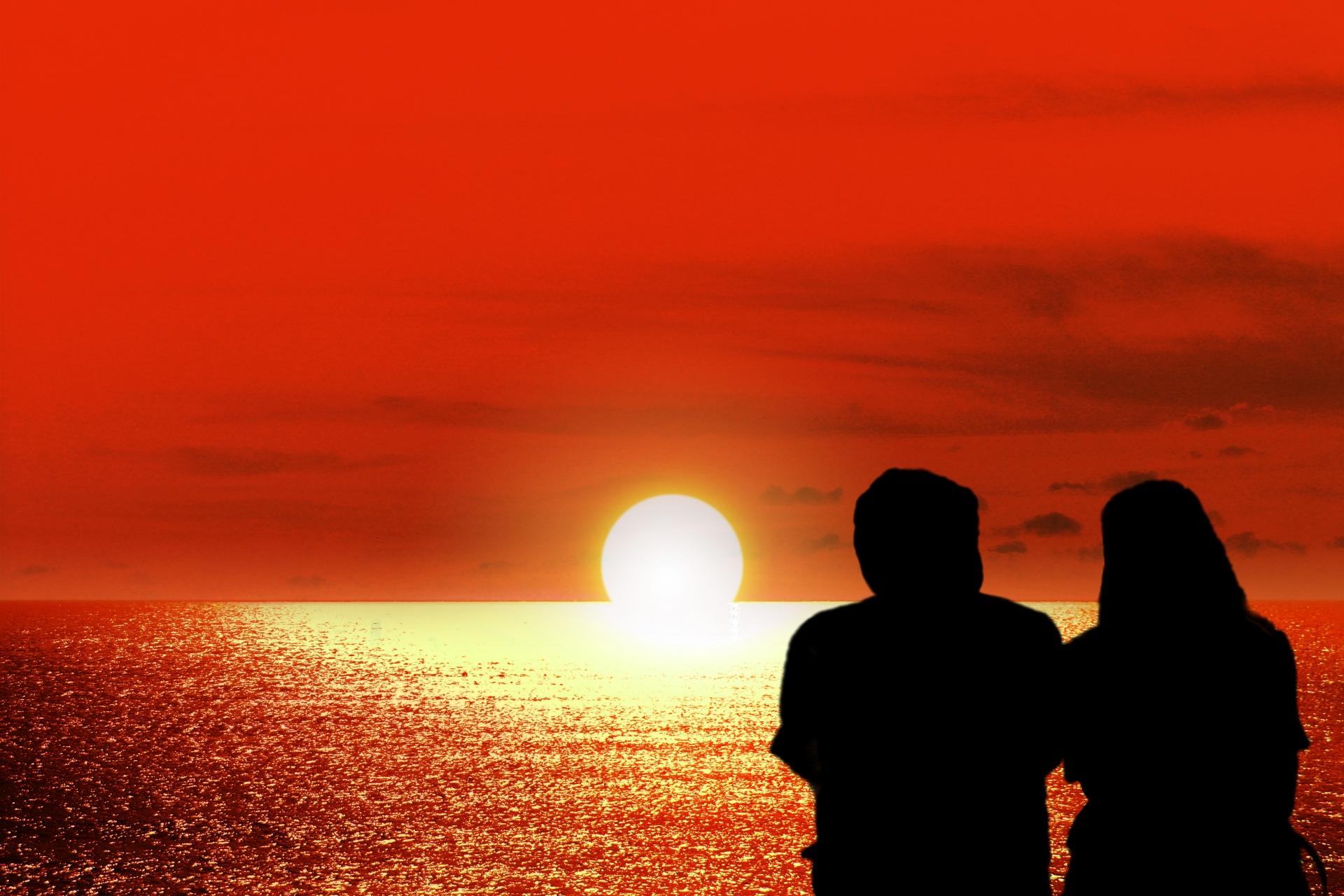 カップルで小浜島のサンセットを眺める
