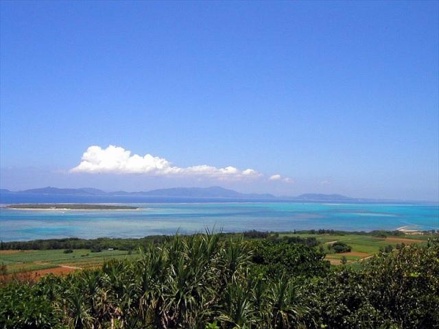 大岳から嘉弥真島を一望