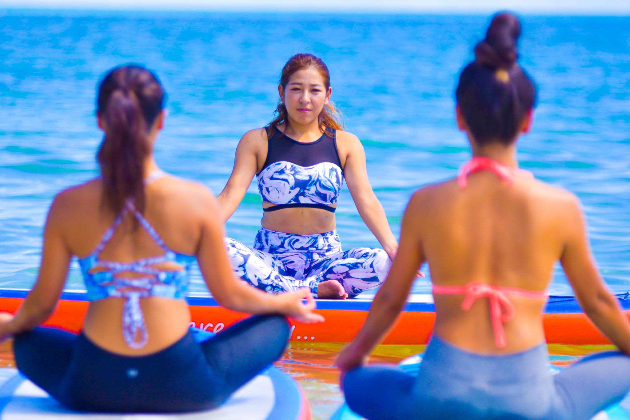 SUPボードの上で瞑想中