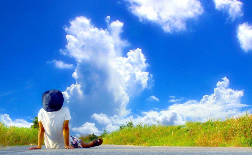 道路の上で横になる男性