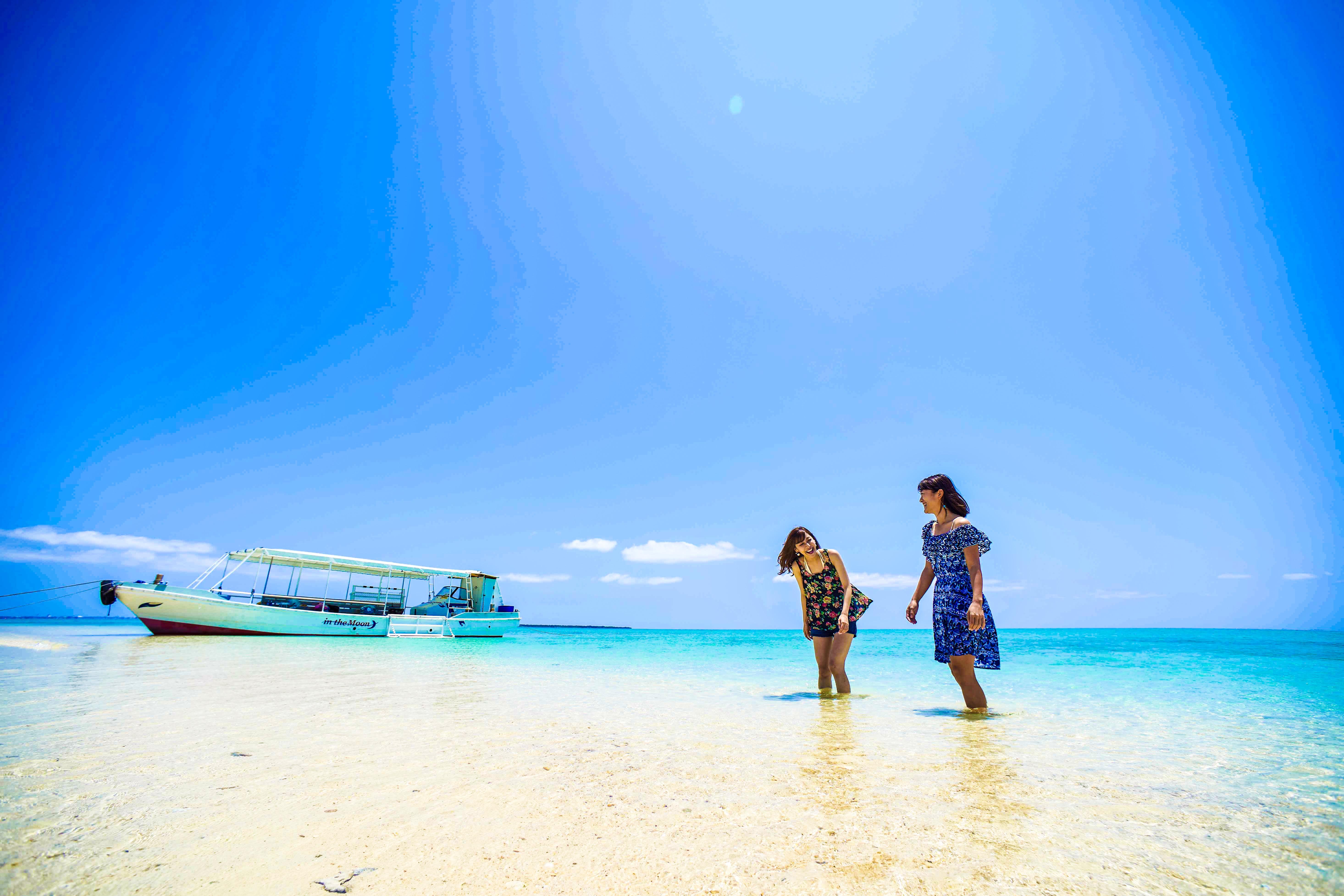 幻の島でシュノーケリングを楽しむ女性2人