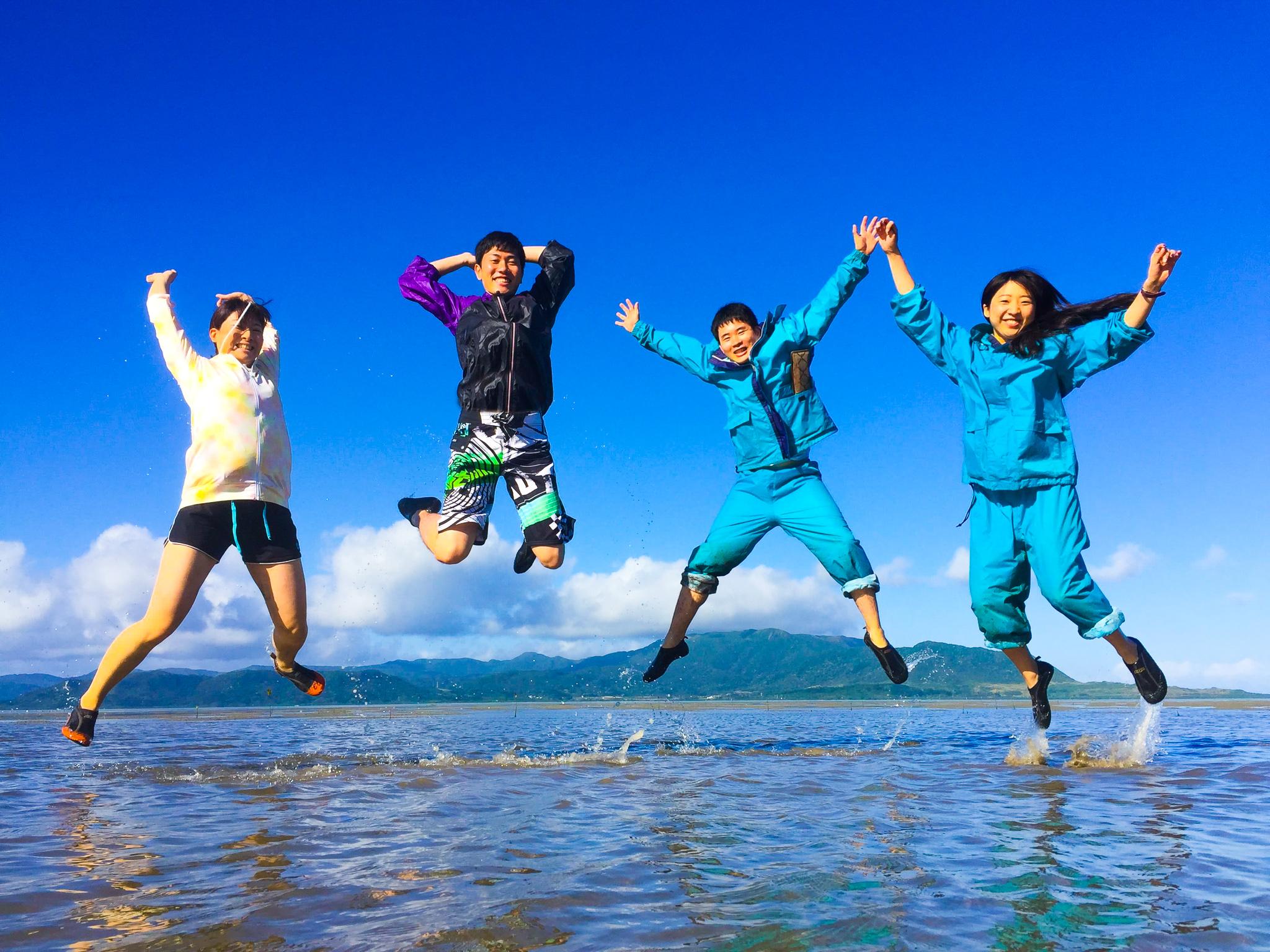 4月の小浜島のビーチでジャンプ