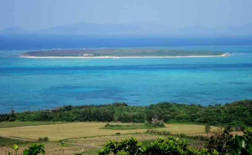 大岳の頂上から嘉弥真島を観察