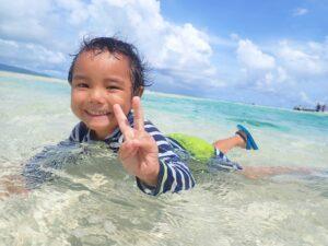 幻の島で水遊びをする子供